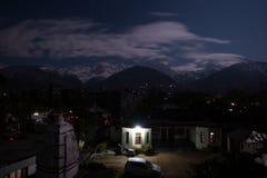 在黑暗以后的村庄与在满月期间的云彩在Dh的西德普尔 库存图片