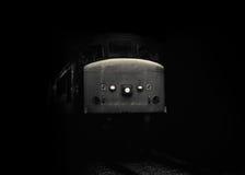 在黑暗黑白的内燃机车 免版税库存图片