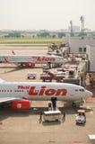 在廊曼国际机场的泰国狮航飞机 免版税库存照片