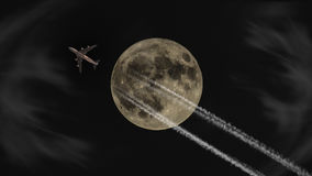 在满月下的喷气机飞行在晚上 免版税库存照片