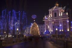 在12月假日期间,五颜六色的卢布尔雅那市中心 免版税库存图片