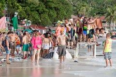 在满月党期间的Haad Rin海滩在海岛酸值Phangan,泰国 免版税库存照片