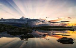 在8月反映在水的日落 免版税库存照片