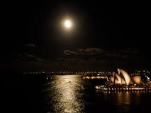 在满月天的悉尼歌剧院 库存图片