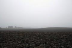 在12月寒冷和雾的被犁的领域 免版税图库摄影