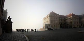 在10月布拉格岗位电车附近的2010年编译的跳舞的街市雾房子早晨 免版税库存图片
