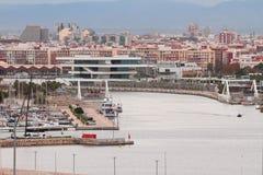 在11月早晨浇灌区域海港和城市 西班牙巴伦西亚 免版税库存图片