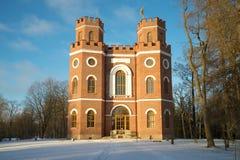 在11月早晨的朝阳的光芒的老皇家亭子`武库` Tsarskoye Selo亚历山大公园  免版税库存图片