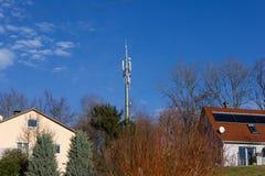 在12月晴朗的蓝天的手机radiomast 免版税库存照片