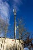 在12月晴朗的蓝天的手机radiomast 免版税图库摄影