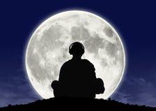 在满月的修士听的禅宗音乐 图库摄影