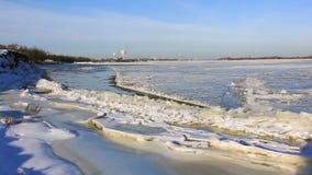 在1月部分地只结冰的伏尔加河 俄国 股票视频