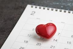 在2月14日日历的情人节概念红色可爱的心脏 免版税库存照片