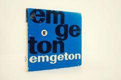 在2017年3月17日的白色背景隔绝的Emgeton葡萄酒开盘式的音频记录器磁带在布拉格,捷克共和国 免版税库存图片