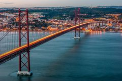 在` 4月25日`桥梁的日落在里斯本,葡萄牙 库存图片