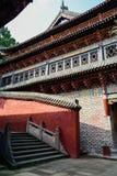 在晴朗的夏天下午的五颜六色的古老中国大厦 库存照片