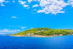 在晴朗的夏日期间, Solta海岛  库存图片