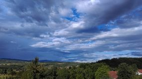 在晴朗的多云天空的风景 库存照片