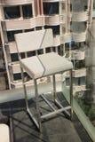 在晴朗的大阳台的不锈钢有海湾视图和 免版税库存照片