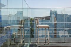 在晴朗的大阳台的不锈钢有海湾视图和 库存照片