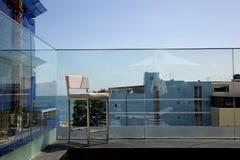 在晴朗的大阳台的不锈钢有海湾视图和 免版税图库摄影