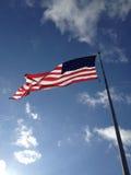 在晴朗的天空的美国旗子 免版税库存图片