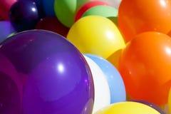 在晴朗的室外节日积土框架的五颜六色的气球 免版税库存图片