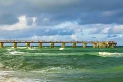 在晴朗的小岛海滩的渔码头 库存照片
