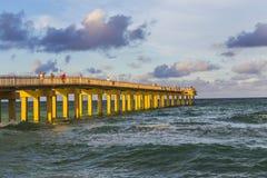 在晴朗的小岛海滩的渔码头 免版税库存图片