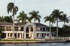 在晴朗的小岛海滩的豪华别墅 图库摄影