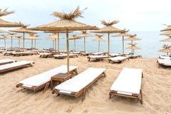 在晴朗的海滩的秸杆伞在保加利亚 库存照片