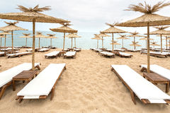 在晴朗的海滩的秸杆伞在保加利亚 库存图片