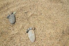 在晴朗的海滩的脚 免版税库存照片