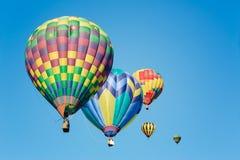 在晴朗的蓝天的热空气气球 免版税库存照片
