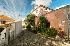 在晴朗的街道的美好的建筑学 葡萄牙, Sintra 免版税库存照片