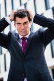 在绝望的恼怒的商人撕毁的头发 库存图片