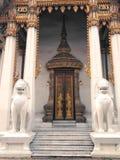 在150年期间站立在前边主要寺庙的古老大理石狮子在Benjamaborphit寺庙 库存照片