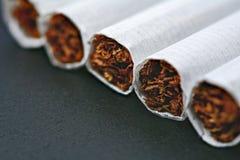 在黑木桌上的香烟 免版税库存照片