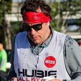 在2015年木桶匠河桥梁奔跑期间,赛跑者享用一些水 免版税库存图片