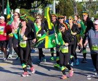 在2015年木桶匠河桥梁奔跑期间,赛跑者代表牙买加 免版税库存图片