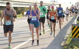在2015年木桶匠河桥梁奔跑的赛跑者 库存图片
