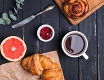 在黑木背景的早餐 图库摄影