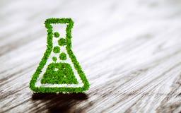 在黑木背景的绿色化学产业标志 库存照片