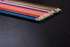 在黑木背景设置的色的铅笔, 库存图片