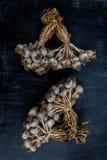 在黑木背景,关闭的紫色大蒜 库存照片