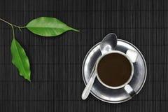 在黑木头和植物的咖啡杯 免版税图库摄影