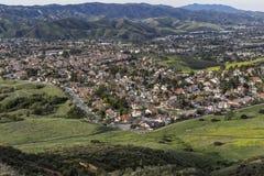在洛杉矶加利福尼亚附近的文图拉县郊区春天 免版税库存图片