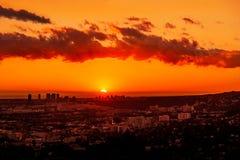 在洛杉矶天际下的太阳垂度 免版税库存照片