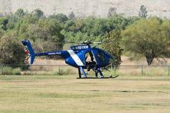 在洛杉矶美国英雄飞行表演期间的MD直升机369E 免版税库存图片