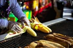 在洛杉矶郡市场的服务的烤玉米 免版税库存照片